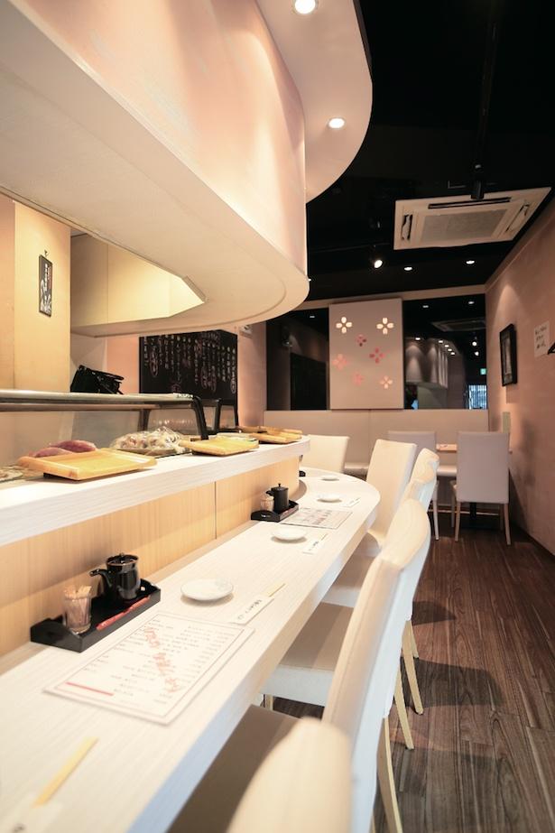 【写真を見る】店内は、間口が狭く細長い / トキワ寿司 はなれ