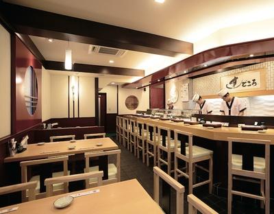 カウンターの中からすべての客席が見渡せるようになっている / ぶんぶく寿司