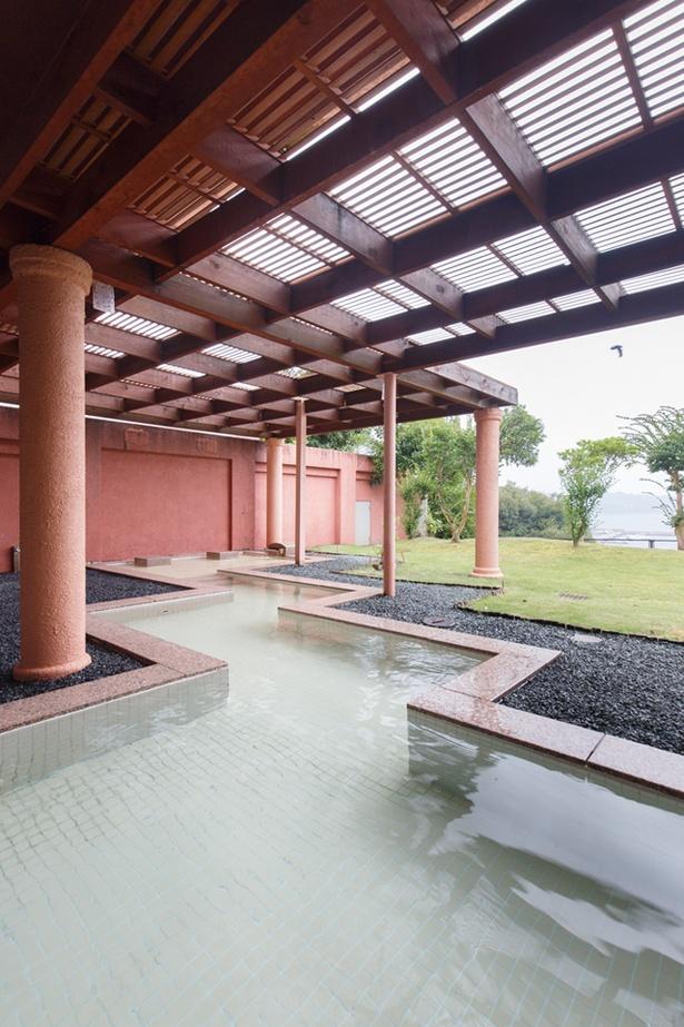 西海橋コラソンホテル / オーシャンビューが見事な露天風呂。温められた大理石に寝そべる岩盤浴風の「大理石風呂」は、温度が低めなので、ゆったり過ごすことができる
