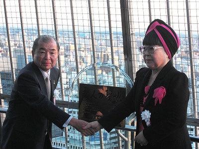 桂さん(右)から認定状を受け取る、同テレビ塔社長の大澤氏