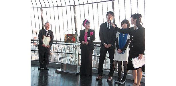 一般のカップルがテレビ塔でのプロポーズの言葉を披露