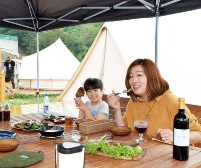 調理と食事は専用のウッドデッキで行う/GRAX PREMIUM CAMP RESORT 京都 るり渓