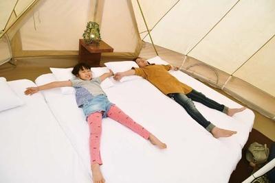 【写真を見る】グランピングテントの「ハイグレードタイプ」(1万5120円~)/GRAX PREMIUM CAMP RESORT 京都 るり渓