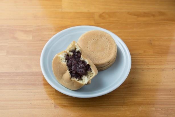 「蜂楽饅頭」の「黒あん」(1個100円)。生地に国産ハチミツを練り込むのが、店名の由来