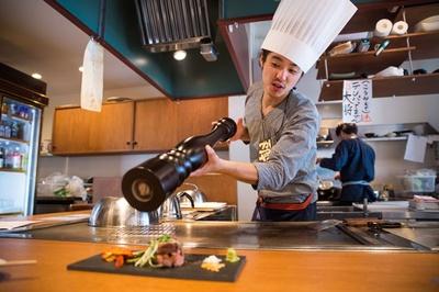 「鉄板 酒ノ きがる」。ステーキの仕上げ、大きなペッパーミルでの胡椒振りはシャッターチャンス!
