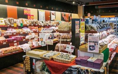 秋田を代表する名産品がずらりと並ぶ、あきた美彩館の店内
