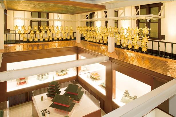 山鹿灯籠民芸館 / 吹き抜けの2階から約100個の金灯籠が下げられている