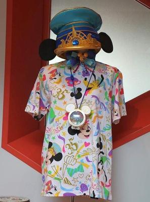 リボンや紙吹雪をデザインした総柄Tシャツ(1900円~ ※サイズにより価格が異なる)