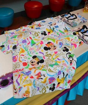 盛大に35周年をお祝いしているシーンがデザインされたTシャツ