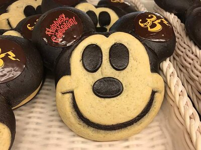 【写真を見る】写真映え抜群!ミッキーマウスの顔形パン(スペシャルセット1050円)