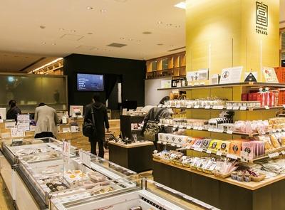 食品や工芸品が並ぶ、日本橋とやま館の店内