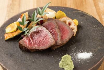 ここ滋賀のレストランで味わえる「近江牛の炙り焼き」(2700円)。炭火焼きで仕上げることで、香りがアップ