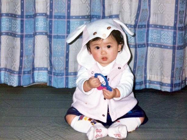 「母親の趣味で写真を撮るときはかわいい洋服を着させられていました(笑)」(華村)