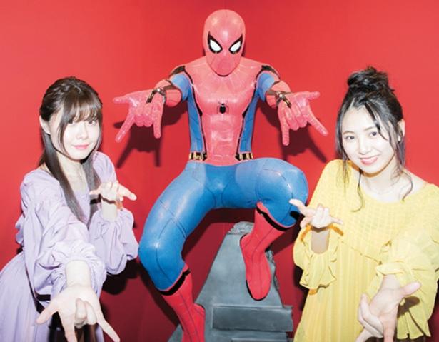 スパイダーマンの等身大フィギュア。映画でもおなじみのポーズで展示されている