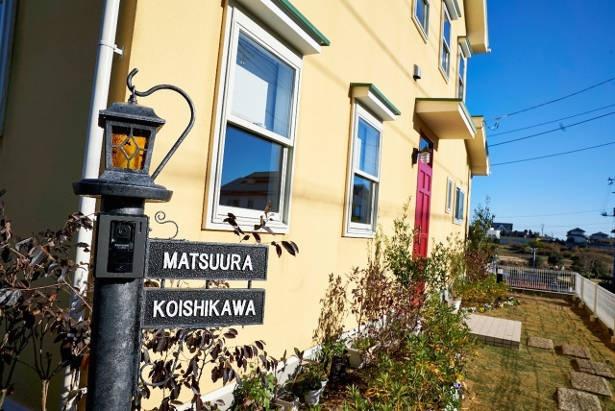 茨城・つくばに建てられたシェアハウスの一軒家セット。プロデューサーいわく、原作のイメージに近い「坂のある雰囲気が似ていた」ことからこの地が選ばれたのだという