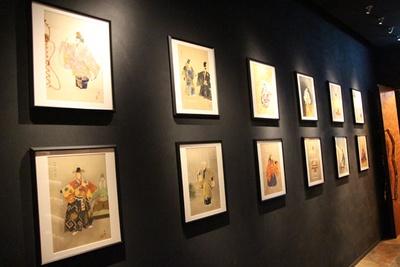 江⼾・明治・⼤正期に製作された浮世絵や版画を、通路の壁に展示。作品は定期的に入れ替わる