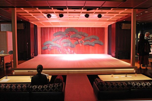 江戸時代に狩野派の絵師が描いた、老松の鏡板が印象的な舞台。そのすぐ前に、ソファボックス席が設置されている