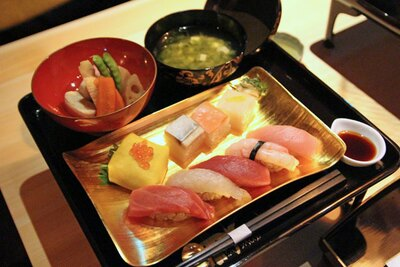 ディナータイムとランチタイムに提供される、「すし栄」の江⼾前寿司