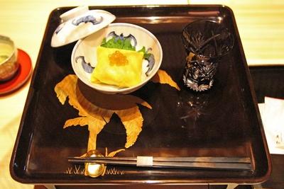 """ティータイムには""""和のアフタヌーンティーセット""""を用意。茶巾寿司や主菓子、干菓子などが付く"""