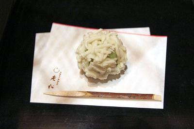 ティータイムに提供される主菓子は、京都の老舗「老松」のもの