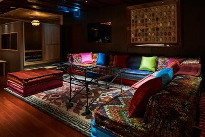 店内のソファ席に敷かれているのは、日本で最も古い絨毯とされる「鍋島緞通」。特注サイズで一から織り上げられたものとのこと