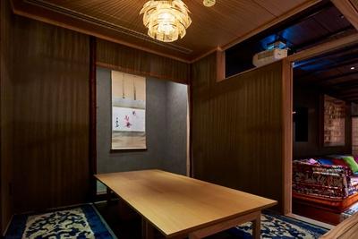 店内の一画に設けられた茶室。床の間には、季節の移ろいを感じる掛け軸や生け花が飾られている