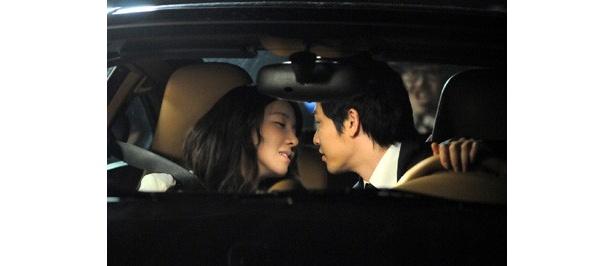 車内でキス! ラブラブ!