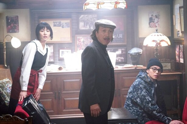 映画人が愛したという設定の架空のカフェバー「スワンソン」で、俵屋を待ち受ける3人