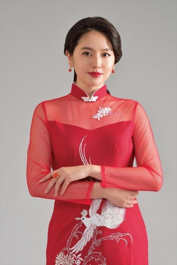 【写真を見る】長澤まさみ、シースルーバージョンのチャイナドレス姿!妖艶…こんな美女になら積極的にだまされたい!