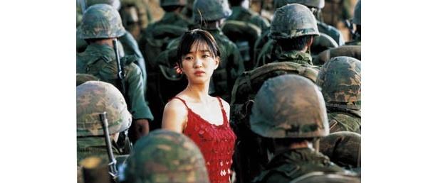 戦地に赴く妻スニを演じるスエ