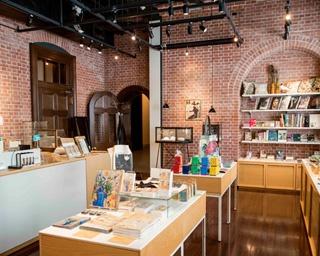 「Store 1894」の店内には、画家や作品をモチーフにしたアイテムや英国製の商品など、ここでしか買えないものが並ぶ