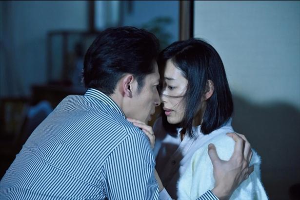 【写真を見る】パートナーと正反対な部分にお互い引かれ合う秀明と綾子。逢瀬を重ねていく…