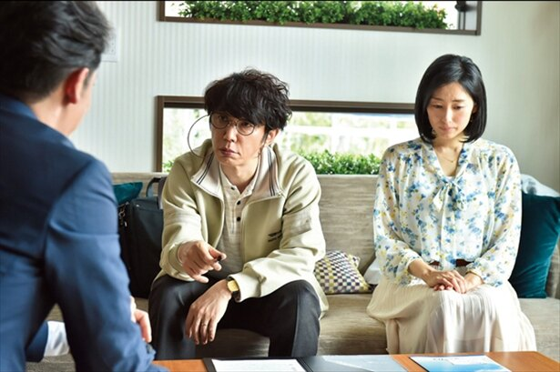 他人の前でも綾子を見下した態度を取る太郎。綾子は黙って夫に付き添う