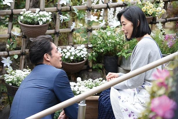 儚げでか弱い人妻である綾子は、その魅力で秀明をとりこに