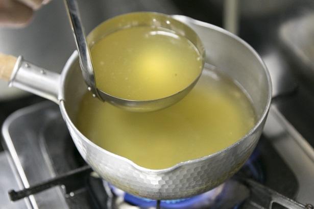高級食材を惜しげもなく使った動物系と魚介系を2対1でブレンドしたダブルスープ。注文を受けてから小鍋で合わせている
