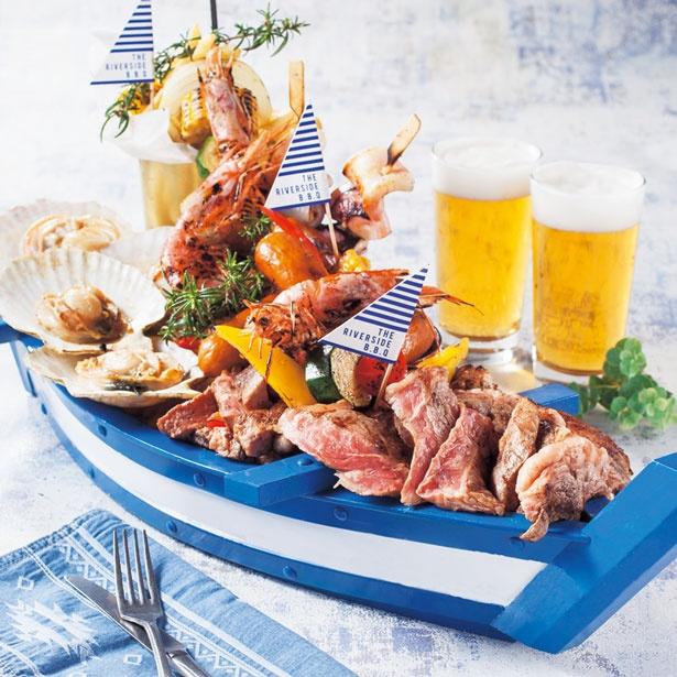 【写真を見る】肉や魚介といったBBQメニューやサラダなど/難波 ザ リバーサイド バーベキュー