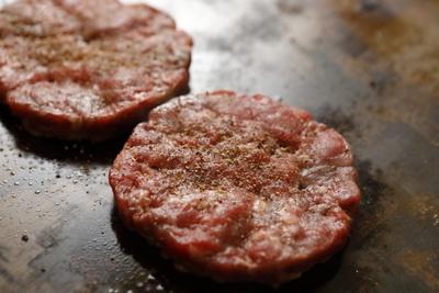 ひき肉の一粒一粒の大きさまで徹底的にこだわったパティ