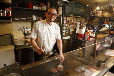 「ココペリ」店主の山本正敏さんとのトークを楽しみにしているお客さんも多い
