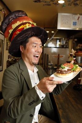 西日本ハンバーガー協会の薮も大好物の神戸牛のハンバーガー。「野菜の色合いも美しいですね」