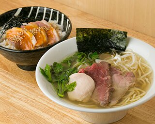 3種のチャーシューがのって750円とコスパ抜群の「中華そば 白」。「鴨丼 小」(350円)と一緒に味わいたい