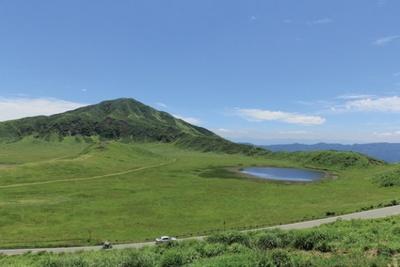 新緑の草原が広がる景勝地「草千里ヶ浜」