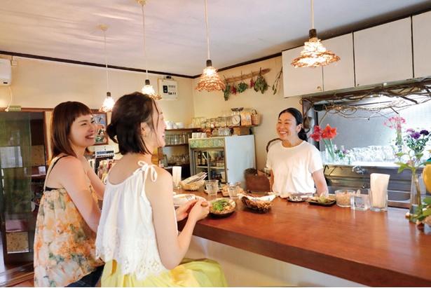 「RUSTIC BARN」。気さくな女性店主マコさんとの会話を楽しむならカウンターが特等席。糸島の穴場スポットも教えてくれる