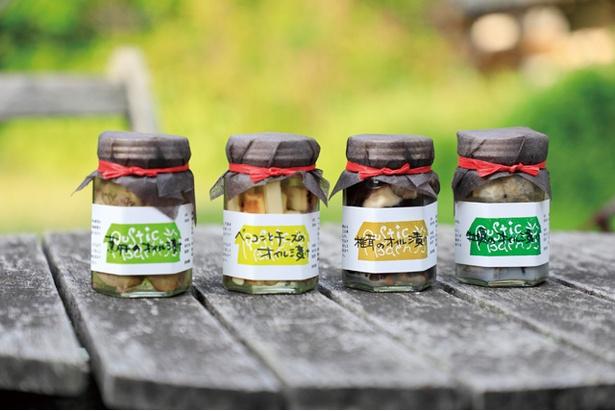 「RUSTIC BARN」。マコさん手作りのオイル漬けは瓶詰めで買える。カキ、シイタケ、鶏肝、ベーコンとチーズの4種(900円から)※価格は、2018年5月現在のものです