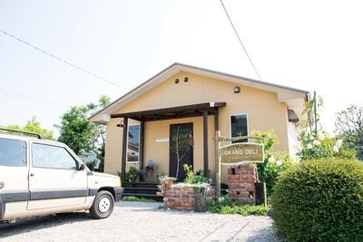 県道54号沿いに立つ一軒家レストラン「GRAND DELI」。手入れされた花や緑が美しい