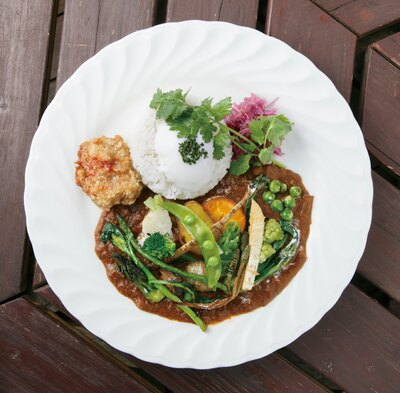 「SUNSET」の「スパイシーダブルチキンカレーライス」(1250円)。旬の野菜がたっぷり