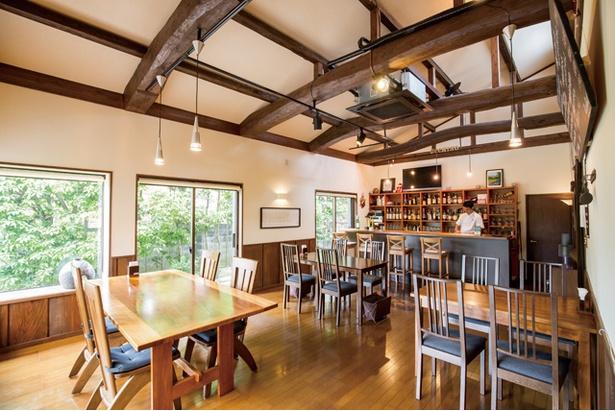 「ウッチーノ食堂」。太い梁などに民家だった昔の面影を残す。窓から眺める庭も美しい
