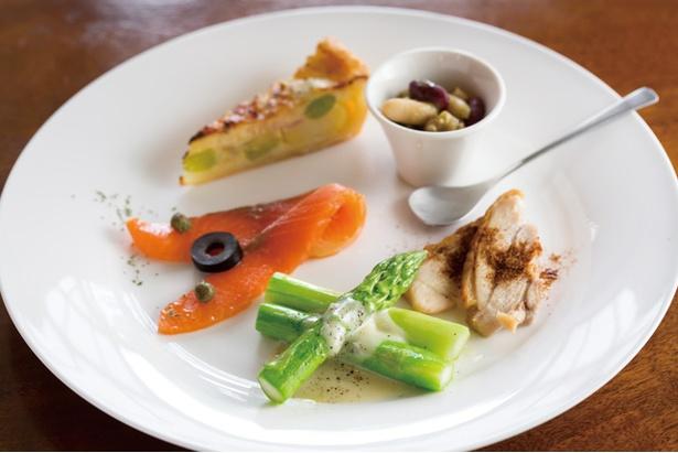 「ウッチーノ食堂」。自家製スモークサーモン、キッシュなど前菜5種