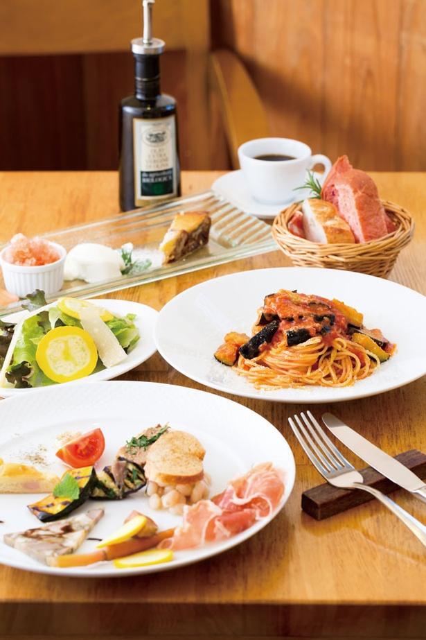「GRAND DELI」の「パスタランチ」(1800円)。前菜から自家製デザートまで盛りだくさん。パスタはトマトソース、ペペロンチーノをベースにした2品から選べる