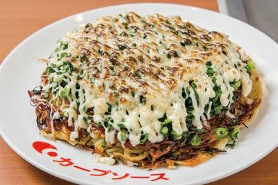 広島県府中市 アンテナショップNEKIで提供している「あぶりネギマヨ」(1100円)。麺がパリパリに焼けた食感が楽しめる