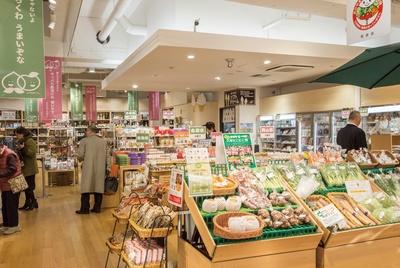 鳥取の塩サバや岡山のきびだんごなど代表的なアイテムが多数並ぶ、とっとり・おかやま 新橋館